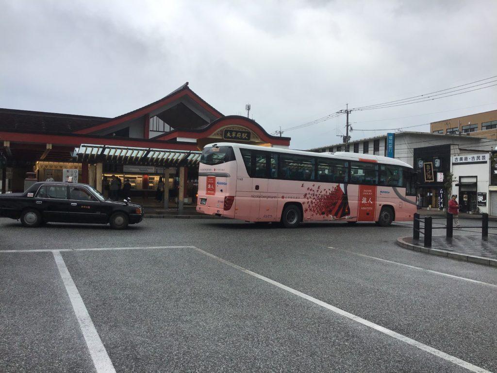西鉄太宰府駅前のバス乗り場に停まっている旅人ライナー