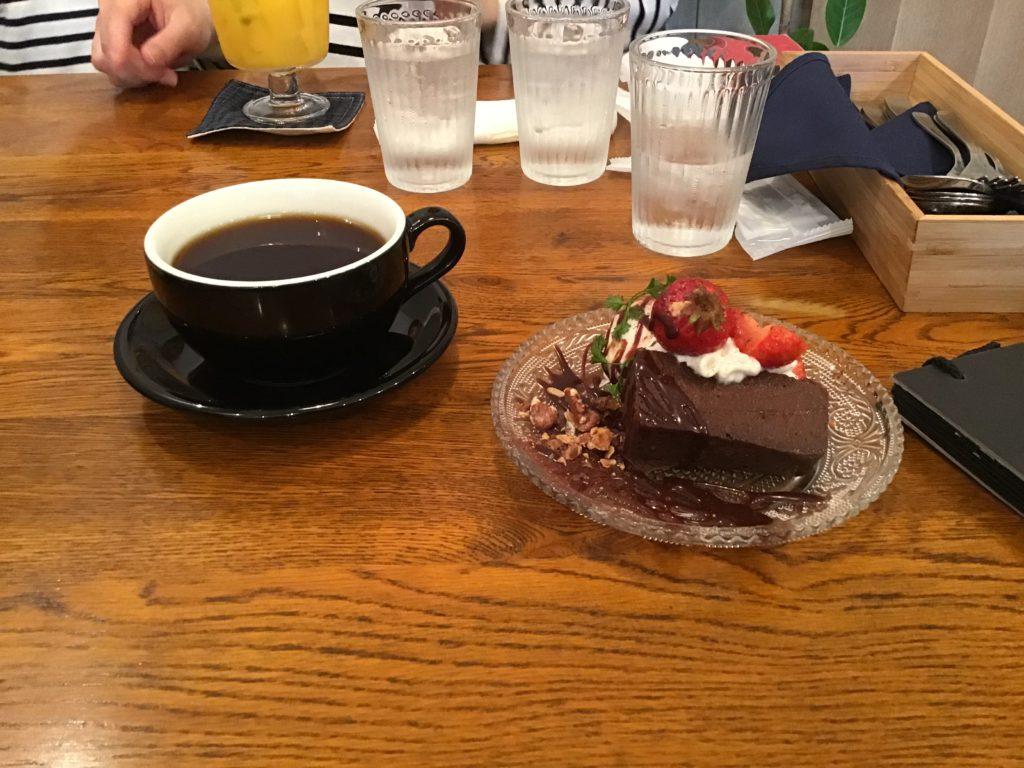 太宰府天満宮 参道カフェ おすすめ コバカフェ ガトーショコラ コーヒー 注文した様子