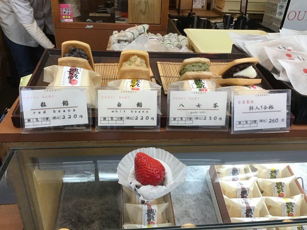 太宰府天満宮参道グルメ 天山 イチゴ大福最中 期間限定 店頭で食べてみました。イチゴがジューシーでおいしかった